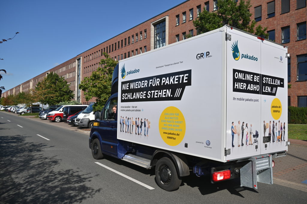 pakadoo und Volkswagen Nutzfahrzeuge testen gemeinsam die mobile Paketstation